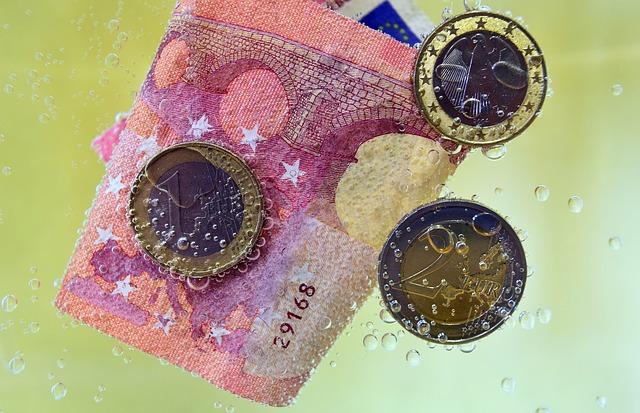 geld-schein-münzen-wasser