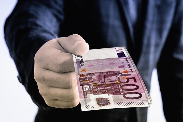 geld-schein-mensch-hand-500